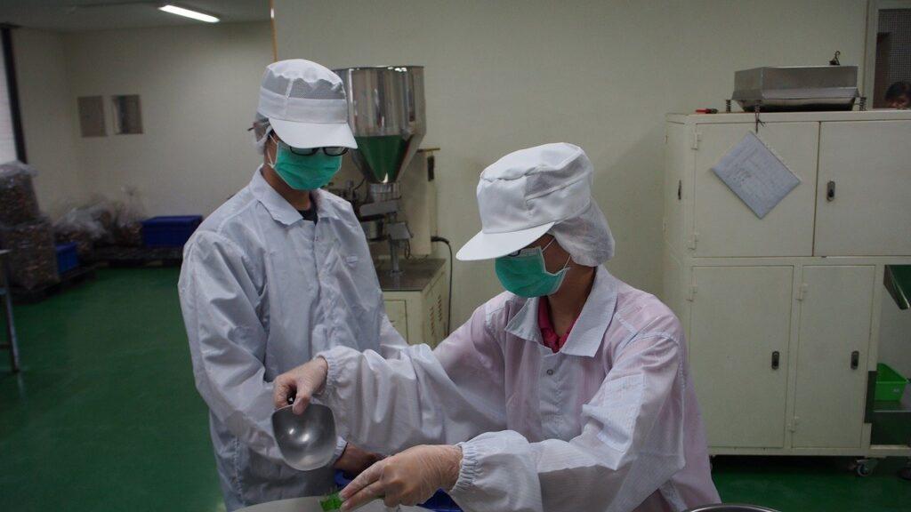 ベトナム加工工場での作業